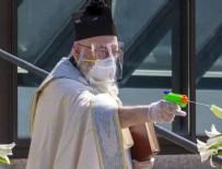 VATIKAN - Su tabancasıyla kutsayan papaz!