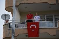 Demirci'de Vatandaşlar Ay Yıldızlı Bayraklarıyla İstiklal Marşını Okudu