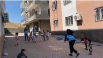 Derik'te Vefa Sosyal Destek Grubu Ekipleri Çocuklara Top Dağıttı