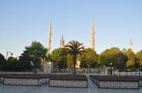 BAYRAM NAMAZI - İstanbul'da bayram sabahı dolup, taşan camiiler ve meydanlar boş kaldı