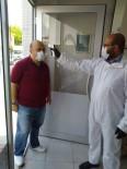 Selendili Berber Müşterilerinin Ateşini Ölçerek Tıraş Ediyor