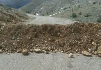 Arslantaş Köyü İle Ayvat Köyü Yolu Hafriyat Dökülerek Ulaşıma Kapatıldı