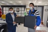 Demirci'de Uzaktan Eğitime Katılamayan Öğrenciye Bilgisayar Hediyesi