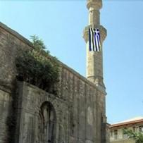 CAMİİ - Ayasofya hazımsızlığı bunu da yaptırdı! Camiye Yunan bayrağı asıldı...