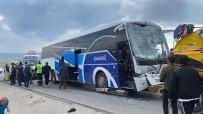 Yolcu Otobüsü Çekiciye Çarptı Açıklaması 12 Yaralı