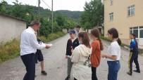 Sokaklarda Çocuklara Şeker Ve Maske Dağıtıldı