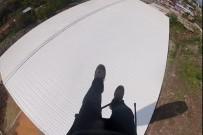 İrtifa Kaybeden Paraşütçü Bir Fabrikanın Çatısına İndi