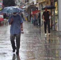 SAĞANAK YAĞIŞ - İstanbul'da beklenen sağanak yağış başladı