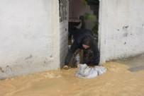 SAĞANAK YAĞIŞ - İzmir'de yağış sonrası ev ve iş yerlerini su bastı!