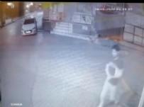 İNŞAAT İŞÇİLERİ - Üsküdar'da dehşete düşüren olay! Kuran-ı Kerim'i yırtıp yere attı
