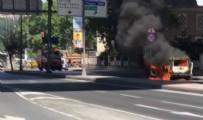 TİCARİ ARAÇ - Beyoğlu'nda korkutan anlar, Araç yandı cadde kapatıldı