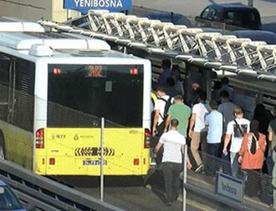 Metrobüs yine tıklım tıkış!