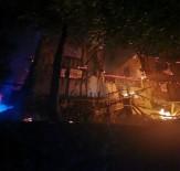 Amasya'da Gece Çıkan Yangın 2 Evi Kül Etti