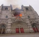 YANGINA MÜDAHALE - Fransa'da tarihi Katedralde yangın