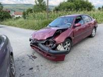 Kontrolsüz Kavşakta Otomobiller Çarpıştı Açıklaması 2 Yaralı