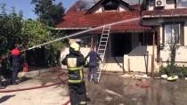 Düzce'de Çıkan Yangında Bir Ev İle İki Samanlık Zarar Gördü