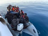 Lastik Bot İle Sürüklenen Göçmenleri Sahil Güvenlik Kurtardı