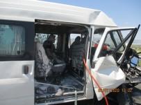 İş Makinesi İle Minibüs Çarpıştı Açıklaması 6 Yaralı