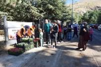 İnönü Belediyesi Mezarlıklarda Çiçek Dağıttı