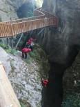 JAK Timi, Horma Kanyonu'na Düşen Cüzdanı 25 Metre İple Salınarak Aldı