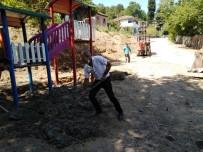 Belediye Başkan Yardımcısı Küreği Eline Alıp İşçilere Yardım Etti
