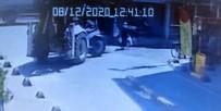 SAĞLIK EKİPLERİ - İstanbul'un göbeğinde kepçe dehşeti kamerada