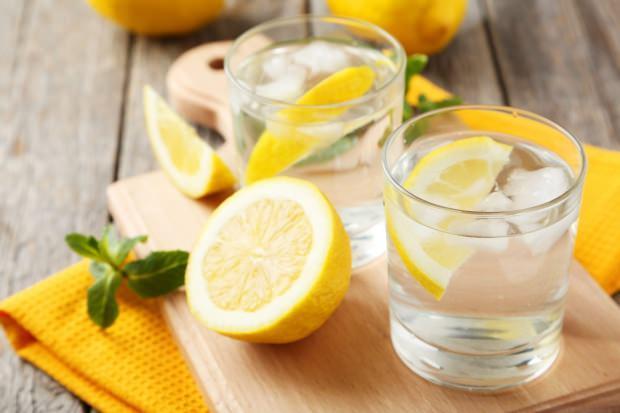 Sabahleyin aç karna limonlu su içmek zayıflatır mı?