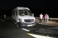 CENAZE - Yerel Bolu'da facianın eşiğinden dönüldü! Lastiği patlayan minibüs devrildi, 13 yaralı!