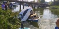 Yoldan Çıkan Otomobil Deredeki Teknenin Üzerine Uçtu