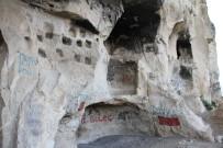 Tunceli'nin Kaya Konutları 'İn Delikleri' Dikkat Çekiyor