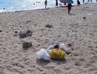 Tatilciler plajları kirletip gittiler