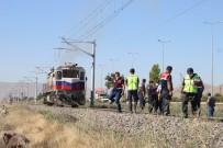 Lokomotif Tren Raylarında Oturan Gençlere Çarptı Açıklaması 1 Ölü, 1 Yaralı