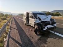 TEM Otoyolunda Tır İle Hafif Ticari Araç Çarpıştı Açıklaması 3 Yaralı