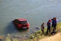 Tunceli'de Otomobil Çaya Uçtu, Sürücü Kendi Çabası İle Çıktı