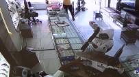 Kuyumcu, Soyguna Gelen Şüphelilerden Birini Vurdu