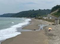 Karadeniz'de Sahiller Dalga Nedeniyle Boş Kaldı