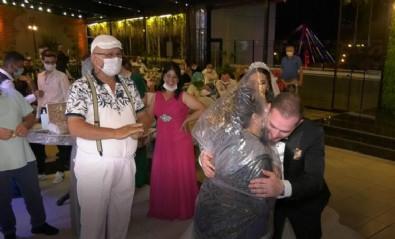 Düğünde görülmemiş önlem! Yorgan poşetini kafasına geçirip...
