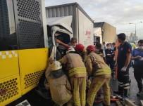 Yol Ortasında Duran Toplu Taşıma Aracına Kamyonet Çarptı Açıklaması 2 Kişi Araçta Sıkıştı