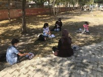 Okuldan Uzak Kalan Öğrenciler Okul Bahçesinde Toplanarak Ders Çalıştı