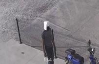 Kafasına Geçirdiği Kartonla Motosiklet Çalan Şüpheli Kamerada