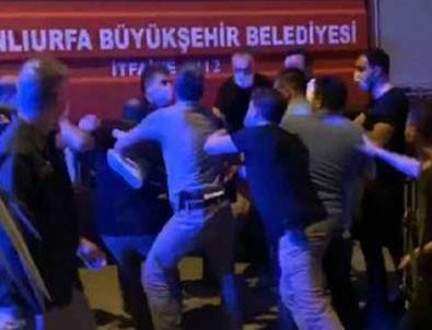 Türk bayrağını indiren şahsı polis linçten zor kurtardı!