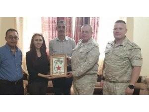 Rus askeri heyetten skandal hareket! PYD'li örgüt üyelerine plaket verdiler