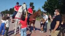 Atlı Polisler, Tuzla Sahili'nde Vatandaşları Koronavirüse Karşı Uyardı