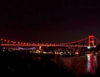 YAVUZ SULTAN SELİM - İstanbul'da köprüler kırmızıya büründü!