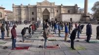 Aksaray'da Yılın İlk Cuma Namazı Sosyal Mesafeyle Kılındı