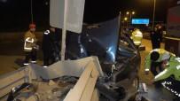 Otomobil Refüje Ok Gibi Saplandı, 2 Kişi Ölümden Döndü