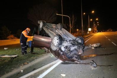Aydınlatma Direğini Devirerek Takla Atan Araçta 3 Kişi Yaralandı
