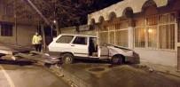 Freni Boşalan Otomobil Duvara Çarptı Açıklaması 3 Yaralı