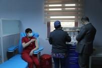 Tunceli'de Aşılama Başladı, İlk Aşıyı Enfeksiyon Hastalıkları Uzmanı Oldu