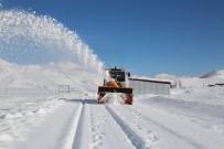 Tunceli'de Karla Kaplanan Köy Yolları İçin Ekipler Görevde